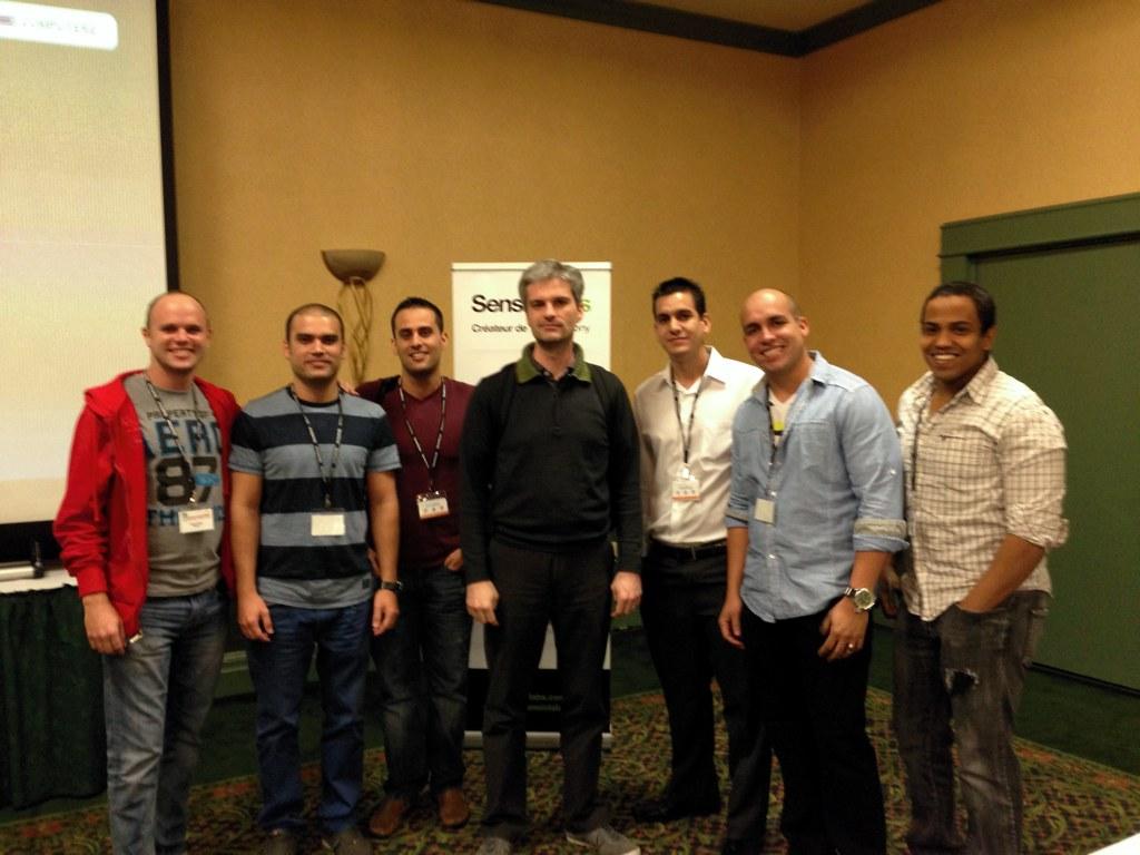 Fabien Potencier junto a los representantes de la comunidad cubana